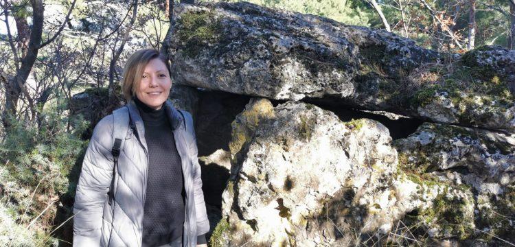 Yolu şaşıran arkeoloji öğrencisi kayaya oyulmuş tarihi eser keşfetti