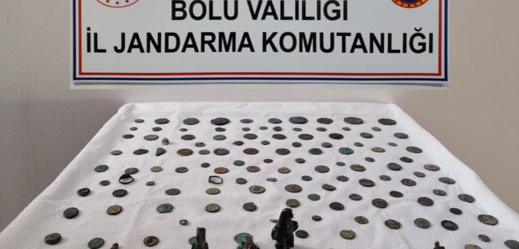 Bolu'da bir araçta 129 sikke ve 13 tarihi eser ele geçirildi