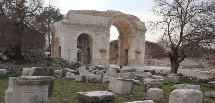 Anavarza Antik Kenti Zafer Takı'nın restorasyonu tamamlandı