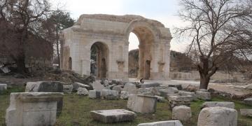 Anavarza Antik Kenti Zafer Takının restorasyonu tamamlandı
