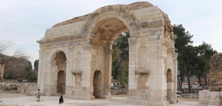 Anavarza Anıtsal Kapı restorasyonu kısmi olarak tamlandı