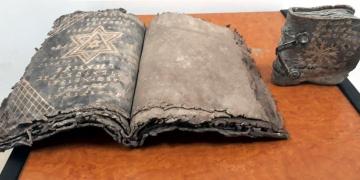 Sakaryada İbranice iki el yazması kitap yakalandı