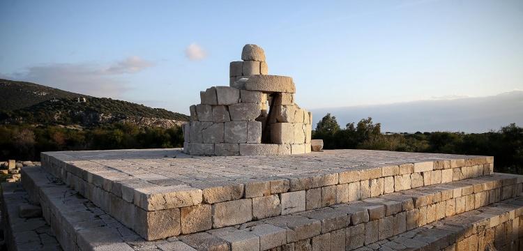Patara antik fener kendi taşları ile yeniden inşa edilecek