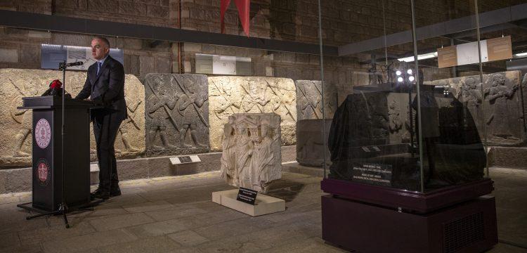 Yurda dönen Sidamara tipi lahit ve  iki boğalı kağnı  Anadolu Medeniyetleri Müzesinde
