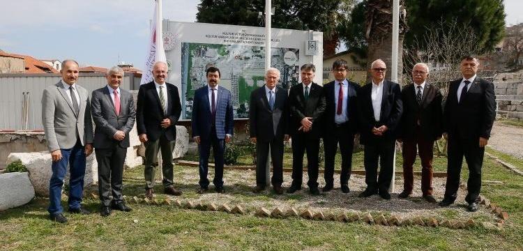 Smyrna arkeoloji kazıları İzmir Katip Çelebi Üniversitesi'ne devredildi