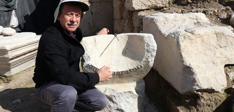 Laodikya Kazılarında 2 Bin Yıllık Güneş Saati Bulundu