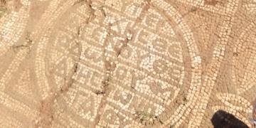 Tarihi mozaiği satmaya çalışırken yakalandılar