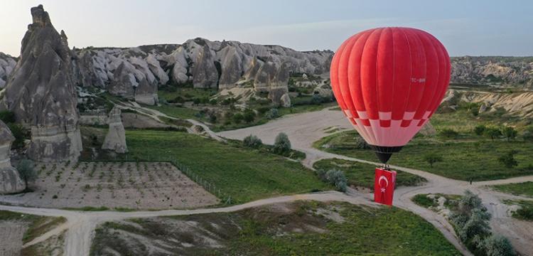 Kapadokyada ilk yerli balon Türk bayrağı ve Atatürk posteriyle uçtu