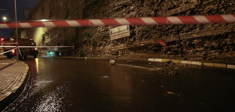 Topkapı Surları'ndan kopan taşlar yola savruldu