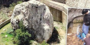 Defineciler 1800 yıllık anıtı delip, poz verdiler!