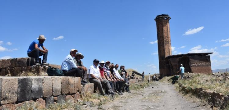 Ebul Menuçehr'in çevresindeki kazı çalışması sürüyor