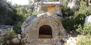 Uzuncaburç Antik Kenti kazılarında mezarlar ortaya çıkarıldı