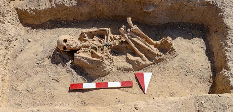 Çavuştepe kazılarında takılarıyla gömülmüş kadın mezarı bulundu