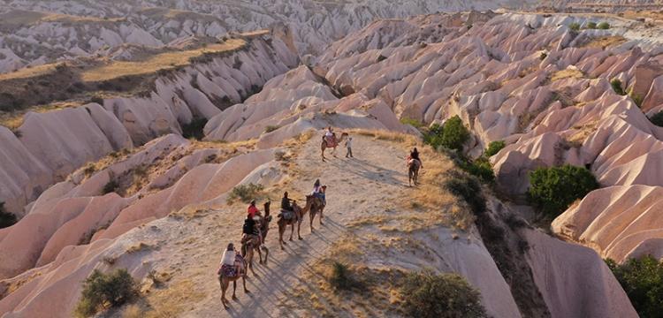 Kapadokya'da deve kervanları ile safari