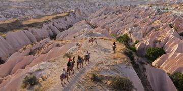 Kapadokyada deve kervanları ile safari