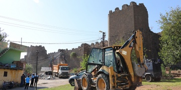 Diyarbakır Surlarındaki gecekonduların yıkımına başlandı