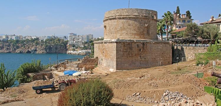 Antalya Hıdırlık Kulesi çevresindeki arkeolojik kazılar sürüyor