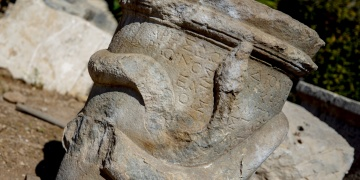 Patara kazılarında yılan figürlü sunak bulundu