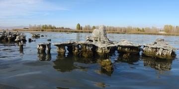 Van Gölünün çekilmesiyle tarihi yapılar ortaya çıktı