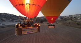 Kapadokyada balonlar kadına şiddete tepki için havalandı