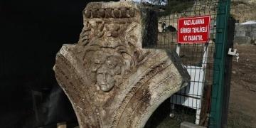 Düzcedeki arkeoloji kazılarında medusa başı motifli levha bulundu