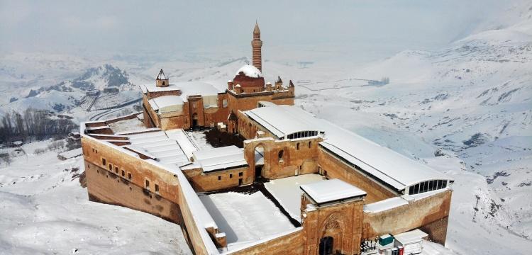 İshak Paşa Sarayı'nda kar temizliği