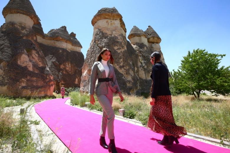 Kapadokya Peri Bacaları defile için podyum oldu