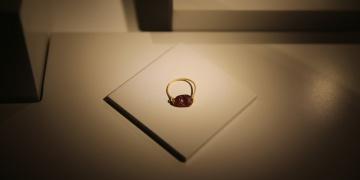 Bodrum Müzesinde sergilenen 2 bin 400 yıllık lahit mezardan çıkan eserler