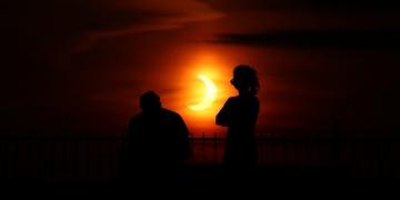 Ateş çemberi olarak adlandırılan güneş tutulması gerçekleşti