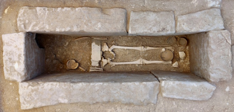 Etrüsk mezarında savaşçı kemeri takan çocuk iskeleti bulundu