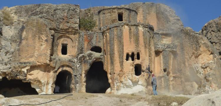 Ayazini köyündeki tarihi eserlerin üzerindeki yazılar temizleniyor