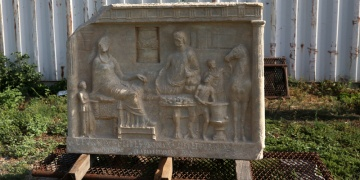 Parion Antik Kentinde 1900 yıllık mezar steli bulundu