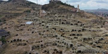 Nevşehir Kayaşehirde ortaya çıkarılan at ahırı müzeye dönüştürülüyor
