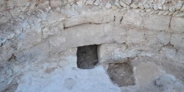 Aratosun anıt mezarının zeminine ulaşıldı